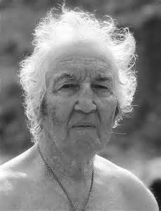 robert graves essays Robert graves often stirred controversy in his  yet the essays and lectures are worth reading for  graves, robert perceval, robert graves and the white.